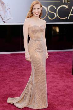 """Jessica Chastain, muy a lo Veronica Lake, con diseño en nude, strapless con piedras y escote corazón de Armani Prive. El vestido, tal y como aclaró la actriz, es """"muy happy birthday Mr. President"""". Con labios rojos y marcando palidez, la nominada llevaba también joyas de Harry Winston."""