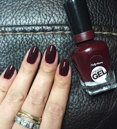 Dont let @ericamartoncelebmanicurist fool you: this isnt a salon #mani--its no-light #MiracleGel! Shell get up to 14 days of color and shine with #WineStock  top coat. by sally_hansen