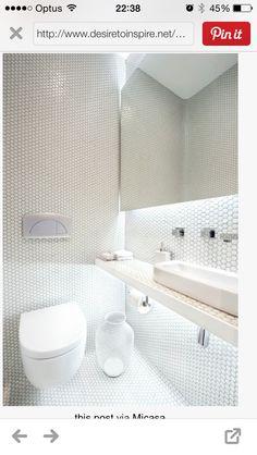 en interiores sorprende el ba o principal blanco y radiante con su mesada suspendida de 20. Black Bedroom Furniture Sets. Home Design Ideas