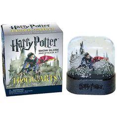 Replika Hogwarts Castle umiestnená v imitácií snehovej guľe z filmovej série Harry Potter. Stačí len zatriasť a sneží. Táto jedinečná sada obsahuje tiež 16 fotografických nálepiek z filmu .Povinnosť pre každého skutočného fanúšika Harry Potter sveta, alebo zberateľa. Perfektný darček pre vás, alebo blízkych. Urobte (si) radosť.... Harry Potter Hogwarts, Snow Globes, Castle, Geek Stuff, Fans, Miniatures, Kit, Stickers, Geek Things