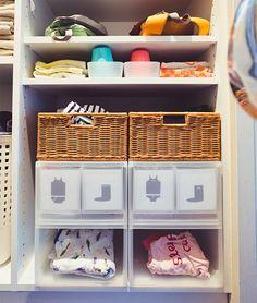 """写真仲尾知泰3日間の連載で、整理収納アドバイザーのEmiさん(『OURHOME』主宰)に、""""家族のシアワセ""""につながる収納術を伺っています。第2話となる本日は、Emiさんが「身支度ロッカー」と呼ぶ、お Small Apartment Design, Small Apartment Decorating, Small Apartments, Raised Bedroom, Tidy Up, Kidsroom, Baby Sleep, Kids And Parenting, Baby Room"""