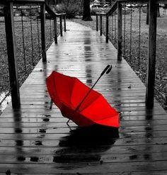 Dis nat. My mooi, rooi sambreel is alleen op die brug, maar ek gee nie om nie - het dit laat val vir jou ysblokkie-nat arms wat my omhels……. …… dis nou so mooi-rooi-warm in my hart!