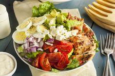 Szuperegészséges és nagyon laktató Cobb-saláta: ezt diéta alatt is büntetlenül eheted - Recept | Femina Salada Cobb, Cobb Salad, Molho Ranch, Bacon, Quinoa, Food And Drink, Health, Ethnic Recipes, Cooking
