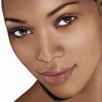 Préparation sur une peau noire pour un maquillage de mariage