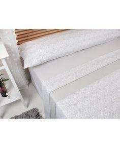 Bonito juego de sábanas con diseño clásico en tono piedra y en todas las medidas de cama. Somo especialistas en sábanas. Compra ahora y recíbelo en 24/48 horas.