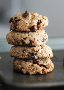 Delicious flourless chocolate chip breakfast cookies packed omega-3 thanks to walnuts and chia seeds. These cookies have no butter, flour or added sugar!