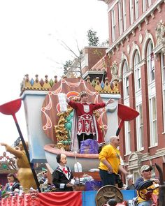 An extravagant parade for Mardi Gras in New Orleans!