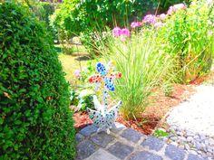 Die Mosaikblume ist ein wunderschöner Blickfang im Garten und am Balkon, sowie auch in jedem Zimmer. Die Holzblume wurde an der Blüte in den Farben gelb, blau, rot und an den vier Blättern in verschiedenen Grüntönen mit unterschiedlichen Mosaiksteinen, Perlen und Knöpfen geschmückt und anschließend weiß verfugt. Die Blume ist auf allen Seiten mit Mosaiksteinen beklebt und Wetterfest.