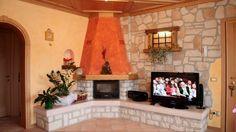 Camino arancio e pietra Tv Unit Decor, Kitchen Room Design, New Home Designs, Sweet Home, Decoration, New Homes, Home And Garden, House Design, Living Room