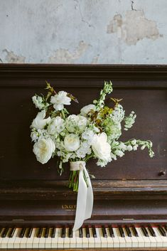 Wedding Florists - Leaf + Petal NOLA | Wedding Chicks #weddingflowers #whiteflowers #greenery