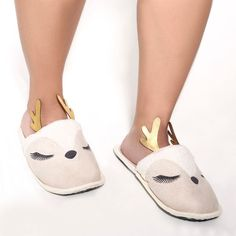 Pantufa Alce Tecido Bege - MyaHaas Slippers, Shoes, Fashion, Moose, Fuzzy Slippers, Tejidos, Templates, Moda, Sneakers