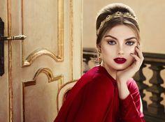 Riflessi dorati e bagliori intensi, questo è il make-up Red Queen firmato Pupa per le vacanze natalizie. Date subito un'occhiata ai prodotti!