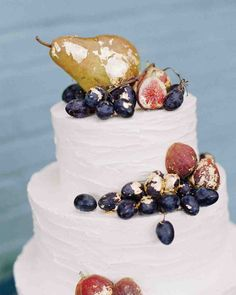 A Bold, Autumnal Wedding in NYC | This couple opted for a beautifully gilded, fruit-topped vanilla wedding cake.