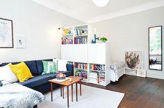W jaki sposób wykorzystać zwykłe regały z Ikei do odseparowania pomieszczenia? Bookcase room divider