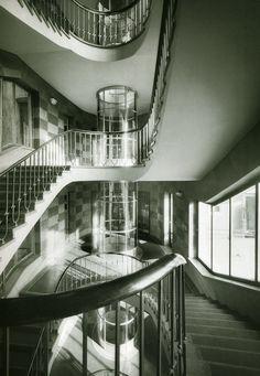 """Kerek liftjeiről egyszerűen csak """"dugattyús ház""""-nak becézték (csúfolták?) azt a házat, amely a Margit körút és a Rómer Flóris utca sarkán áll. Bent jártunk. A harmincas években divattá vált a nagyobb vállalatok között reprezentatív bérpalotákat emelni. A… Art Nouveau, Art Deco, New College, Bauhaus, Vintage Ads, Hungary, Budapest, Modern Architecture, Interior And Exterior"""