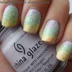 Bellas uñas con degradados en gris, verde pastel y amarillo suave, adornadas con brillos plateados.