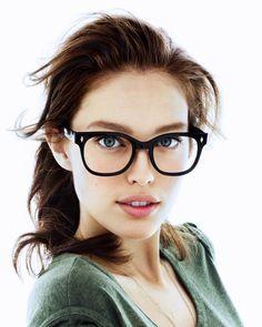Chica usando lentes de pasta gruesos