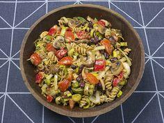 Salade van pasta met prei, tomaat, paprika, kastanjechampignons, kidneybonen en vegan rode pesto | www.Alternatief-Idee.net