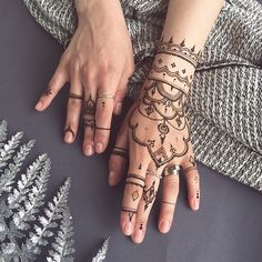 Something different for @litsarkisian #henna glove & fingers #veronicalilu