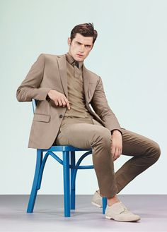 Clean Lines & Crisp Shapes-HUGO by Hugo Boss releases five more images from its spring 2013 advertising campaign, starring American model Sean O'Pry. Sean O'pry, Hugo By Hugo Boss, Male Models Poses, Male Poses, Outfits Hombre, Sitting Poses, Monochrome Outfit, Estilo Retro, Well Dressed Men