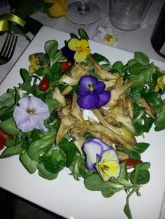 Insalata di carciofi con fiori eduli