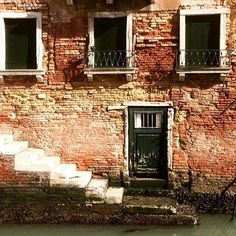 #insidevenice #discovervenice #venice #lifeonwater #canal #door #window #brick #liveauthentic