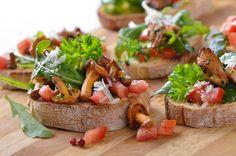 Итальянская кухня обычно ассоциируется с такими блюдами как паста, ризотто и пицца. Мы будет готовить брускетту. Они прекрасно подойдут к Новогодним праздникам!