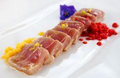 Receta Atún rojo infusionado en escabeche de cítricos y perlas de mango y fresa