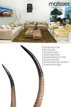 Si el living del hogar cuenta con mucho espacio, opta por usar varios sofás acompañados de sillas ocasionales que proporcionen comodidad. Agrega una mesa de centro con textura para más detalle visual.