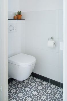 Portugese tegels in huis - Maison Belle - Interieuradvies he cement tiles that are all unique. Small Toilet Design, Understairs Toilet, Wc Design, Small Space Interior Design, Downstairs Toilet, Toilet Room, Portuguese Tiles, Bathroom Cabinets, Home Decor