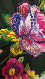 CAFÔFU - ATELIÊ DE ARTE: TENDENCIA - BORDADO EM CHITA Hand Embroidery Flowers, Sashiko Embroidery, Hand Embroidery Patterns, Embroidered Flowers, Embroidery Applique, Embroidery Stitches, Embroidery Designs, Learn Embroidery, Fabric Embellishment