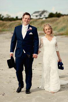 Sweet and classy beach wedding: Norwegian couple on the beach