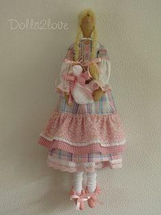 Esta hermosa muñeca hecha a mano tiene un cuerpo que se basa en un patrón de Tilda. Los paños están diseñados y hechos por mí. Esta preciosa muñeca lleva un vestido de tela hermosa suave color rosa y blanco a cuadros y rosa moña con una falda con gradas. El vestido tiene un cuello blanco y está decorado con pequeños botones de plástico y de madera. Su blanco bajo resbalón tiene un victoriano de encaje color rosa suave. Las mangas de los vestidos también se recortan con el suave encaje de…