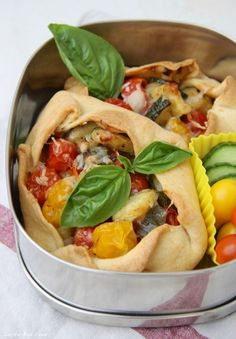 Tomaten-Zucchini Crostata Food To Go, Good Food, Veggie Recipes, Healthy Recipes, Bento And Co, Pizza Day, Lunch To Go, Zucchini, Finger Foods