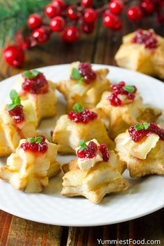 Quick and Easy appetizer perfect for Christmas! Puff pastry stars topped with brie and cranberry sauce! Brie Puff Pastry, Puff Pastry Recipes, Puff Pastries, Puff Pastry Appetizers, Savory Pastry, Choux Pastry, Christmas Nibbles, Christmas Appetizers, Christmas Cooking