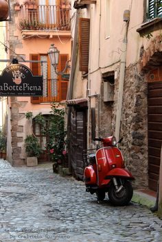 City Aesthetic, Travel Aesthetic, Red Vespa, Vespa Retro, Vintage Vespa, Vespa Italy, Vespa Scooters, Piaggio Vespa, Vespa Girl