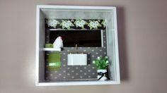 Quadro de banheiro ou lavabo, tipo nicho, feito em madeira MDF, pintado com tinta PVA,miniaturas de mdf, pintadas e envernizadas, flores artificias,espelho, diversos papéis, tecidos,resina, bijú,etc.Quadro envernizado e com vidro de proteção.