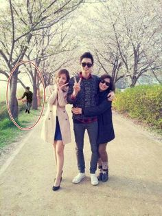 Chanyeol with his mom and sister! What a beautiful photo. (wish I could hug Chanyeol like that ) Wow! Chanyeol is so tall Exo Chanyeol, Kyungsoo, Kpop Exo, Exo Kai, K Pop, Super Junior, Park Shin, Rapper, Photography