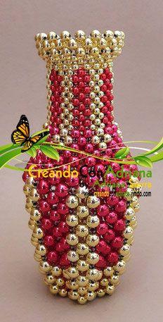 Todos los elementos presentados en esta sección, pueden ser modificados en sus colores para personalizar la tendencia, gusto o para ser exhibidos en colores no navideños y usarse durante otra época del año. Diy Jewelry Projects, Beading Projects, Beading Tutorials, Beaded Crafts, Beaded Ornaments, Pony Bead Crafts, Beaded Jewelry Patterns, Beading Patterns, Beaded Banners