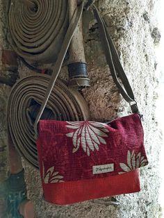 Il Laboratorio Artigiano Maggiociondolo recupera materiali di scarto provenienti dalle industrie italiane. Realizziamo progetti e prodotti unici in piena sintonia con il concetto di riciclo creativo e sostenibile. Fabric Handbags, Fabric Purses, Satchel, Crossbody Bag, Art Bag, Boho Bags, Denim Bag, Little Bag, Fashion Bags