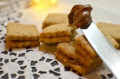 Kekse mit Füllung aus Schokocreme backen Waffles, French Toast, Muffins, Food And Drink, Xmas, Vegan, Cookies, Breakfast, Desserts