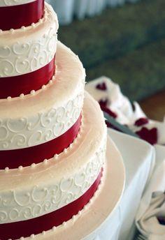 décoration mariage avec des rubans rouges pour le gateau