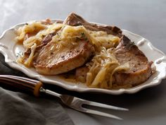 Smothered Pork Chops with Onion-Gingersnap Gravy Recipe courtesy Bobby Deen Healthy Weeknight Dinners, Healthy Dinner Recipes, Simple Recipes, Light Recipes, Healthy Options, Delicious Recipes, Cooking Channel Recipes, Cooking Tips, Pork