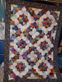 Scrappy quilt, very effective. Half Square Triangle Quilts, Square Quilt, Quilt Baby, Patch Quilt, Quilt Blocks, Quilting Projects, Quilting Designs, Quilting Ideas, Quilt Modernen