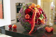 Was Schickes für die Chica: Aus Callunen lässt sich eine dekorative Manschette für Blumensträuße wickeln, hier aus Dahlien und Rosen mit Zieräpfeln, Physalis, Peperoni und Ziergurke.