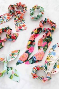 Scrunchie sewing tutorial and pattern Fantastic straightforward how to sew scrunchies.<br> Learn How to Make a Scrunchie with a Bow the Easy Way Using this FREE Sewing Pattern and Step-By-Step Tutorial. Sewing Blogs, Sewing Hacks, Sewing Tutorials, Sewing Tips, Hair Tutorials, Sewing Patterns Free, Free Sewing, Free Pattern, Pattern Sewing