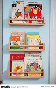 Eskiyen bir baharat rafı, çocukların az sayıda ve şirin kitapları için kitaplık haline getirilebilir.