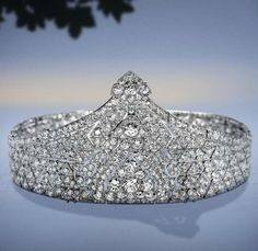 Bandeau, Cartier Paris, circa 1923. Composed of cushion-cut diamonds and round old-cut diamonds. Mounted on platinum, this bandeau can be disassembled to form two bracelets.