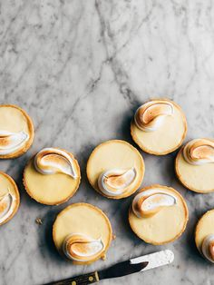 Mini French lemon tarts with merengue topping Köstliche Desserts, Delicious Desserts, Dessert Recipes, Yummy Food, French Desserts, Plated Desserts, Individual Desserts, French Sweets, French Recipes