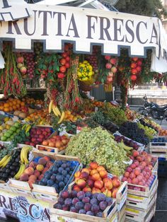 """Fruit Stand in Rome ... Love the """"Frutta Fresca"""" great name for a drink. Live abundance."""